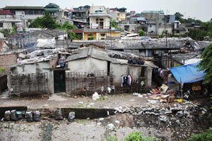 An urban slum in Hanoi, Vietnam. © UN Photo/Kibae Park